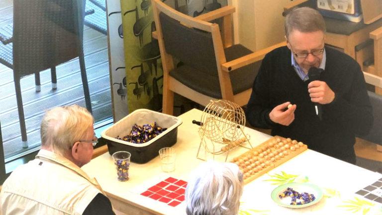Viriketoimintana Bingo - Palvelutalon asukkaat pelaavat Bingoa